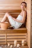 Vrouw in sauna Stock Afbeelding