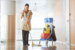 Vrouw schoonmakende de bouwzaal royalty-vrije stock afbeelding