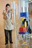 Vrouw schoonmakende de bouwzaal stock foto