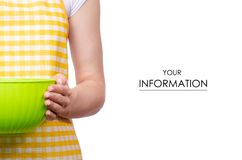 Vrouw in schort in plastic de kompatroon van de handenkeuken stock fotografie