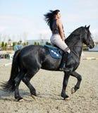 Vrouw schrijlings op een paard Stock Afbeelding