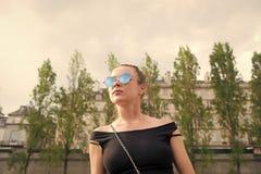 Vrouw in sexy vest in Parijs, Frankrijk De sensuele zonnebril van de vrouwenslijtage op cityscape Zwerflust of vakantie en het re royalty-vrije stock afbeelding