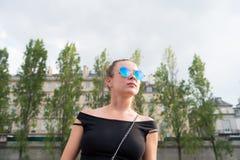Vrouw in sexy vest in Parijs, Frankrijk De sensuele zonnebril van de vrouwenslijtage op cityscape Zwerflust of vakantie en reizen royalty-vrije stock fotografie