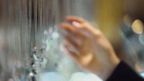 Vrouw shopaholic het kiezen bijouterie tegenhanger, schitterende juwelen op tentoonstelling stock footage