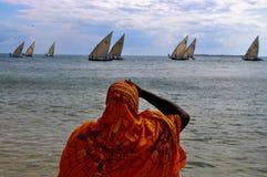 Vrouw in Sinaasappel - Zanzibar Stock Foto