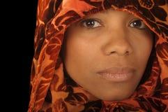 Vrouw in Sjaal Stock Afbeelding
