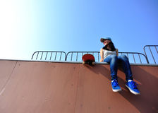 Vrouw skateboarder bij skatepark Royalty-vrije Stock Foto's