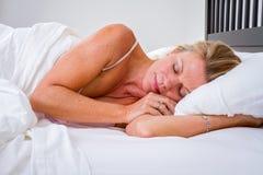 Vrouw In slaap in Bed Stock Fotografie