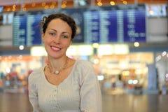 Vrouw in slijtage in zaal van luchthaven Royalty-vrije Stock Foto