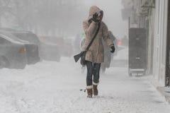 Vrouw in sneeuwstorm Royalty-vrije Stock Afbeeldingen