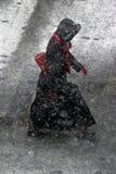 Vrouw in sneeuwval Stock Afbeelding