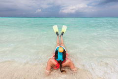 Vrouw snorkelend masker dragen en vinnen die klaar om in de oceaan, de Maldiven te snorkelen royalty-vrije stock foto's