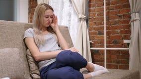 Vrouw in Spanning en Hoofdpijn, Frustratie van Problemen stock videobeelden