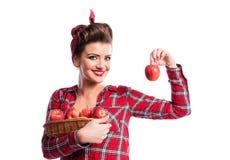 Vrouw, speld-op de mand van de kapselholding met appelen De herfst harve Stock Afbeelding