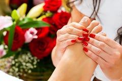 Vrouw in spijkerstudio die voetmassage ontvangt Stock Afbeeldingen