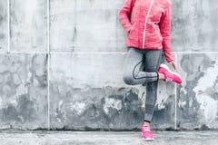 Vrouw in sporten kleding en schoenen stock foto