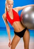 Vrouw in sportkleding op strand Royalty-vrije Stock Afbeelding