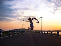 Vrouw springen, die vrij voelen Stock Afbeeldingen