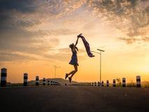 Vrouw springen, die vrij voelen Stock Foto