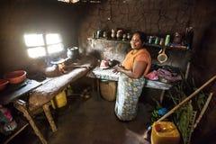 Vrouw in Sri Lanka in een slechte keuken stock afbeelding