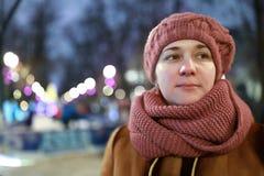 Vrouw in stad bij nacht royalty-vrije stock fotografie