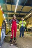 Vrouw, stagiair, die in de busworkshop werken Stock Fotografie