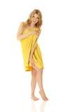 Vrouw status verpakt in handdoek Stock Foto's