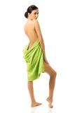 Vrouw status verpakt in handdoek royalty-vrije stock fotografie