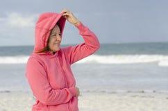 Vrouw in stormachtig weer bij het strand Stock Foto