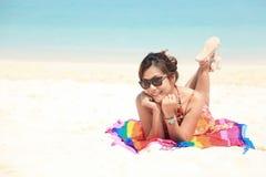 Vrouw sunbath op het Strand Stock Fotografie