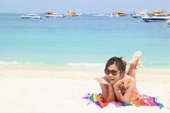 Vrouw sunbath op het Strand Royalty-vrije Stock Afbeelding