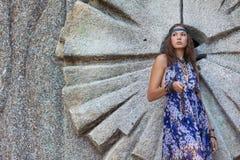 Vrouw in sundress bij de steenmuur Stock Fotografie