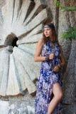 Vrouw in sundress bij de steenmuur Royalty-vrije Stock Foto