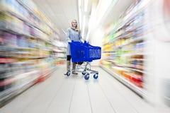 Vrouw in supermarkt Royalty-vrije Stock Foto