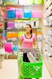 Vrouw in supermarkt Stock Afbeeldingen