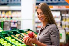 Vrouw in supermarkt het winkelen kruidenierswinkels Royalty-vrije Stock Foto's