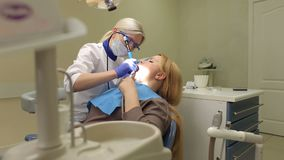 Vrouw in tandartsbureau, tanden het schoonmaken stock video