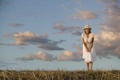 Vrouw tegen een Bewolkte Hemel Royalty-vrije Stock Afbeelding