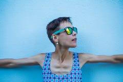 Vrouw tegen een blauwe muur stock foto