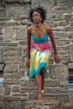 Vrouw tegen steenmuur Stock Foto