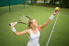 Vrouw in tennispraktijk Royalty-vrije Stock Afbeeldingen
