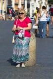 Vrouw terwijl het rusten royalty-vrije stock afbeeldingen