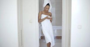 Vrouw Texting in Badkamers en het Glimlachen Stock Foto's