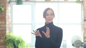 Vrouw thuis stock video