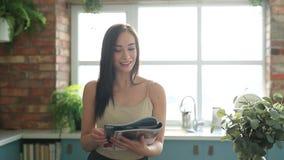 Vrouw thuis stock videobeelden