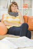 Vrouw thuis met reiskaart Stock Foto