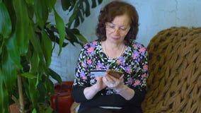 Vrouw thuis met telefoon stock video