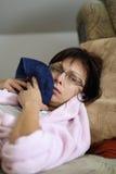Vrouw thuis na het trekken van tanden royalty-vrije stock afbeelding