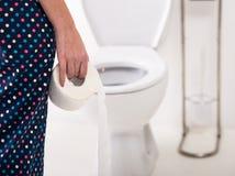 Vrouw in toilet stock foto