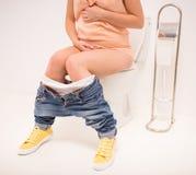 Vrouw in toilet Stock Afbeelding